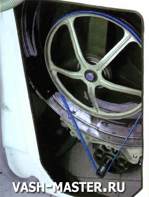 ремень механически соединяющий мотор и барабан должен быть на месте